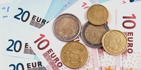 Geldscheine mit Münzen