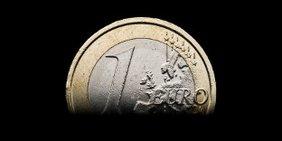 Euromünze vor schwarzem Hintergrund