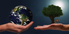 Hände mit Weltkugel