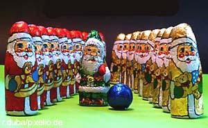 Weihnachtsmänner in Reihe und Glied